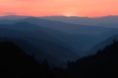 Sunup au-dessus de vallée de montagne Image stock