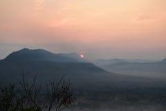 Sunup en el distrito de Chiang Kan, provincia de Loei, Tailandia imagen de archivo