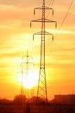Sunup sobre línea eléctrica eléctrica imagen de archivo