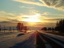 Solnedgång över vägen Arkivbilder