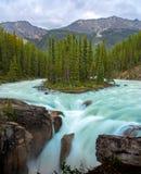 Sunwapta Falls med blått vatten som flödar i våren, Alberta, Kanada arkivfoton