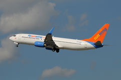 Sunwing喷气式客机离去 免版税图库摄影