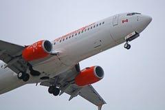 Sunwing Airlines Boeing 737-800 en acercamiento final foto de archivo