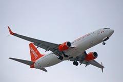 Sunwing Airlines Boeing 737-800 que aterriza en Toronto imágenes de archivo libres de regalías
