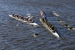 SUNY Geneseo () JWU划船(正确的)科罗拉多(底下)在查尔斯赛船会头赛跑  免版税库存照片