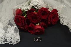 Suo e suo anelli di cerimonia nuziale Fotografie Stock Libere da Diritti
