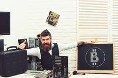 Suo probabilmente il migliore affare Il bitcoiner barbuto dell'uomo d? i pollici fino ai contanti del bitcoin Bitcoin estraente d immagine stock libera da diritti