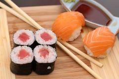 Suo un tempo dei sushi con la salsa di soia e del wasabi Immagini Stock