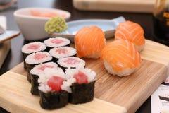 Suo un tempo dei sushi con la salsa di soia e del wasabi Fotografie Stock Libere da Diritti