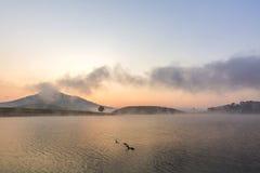 Suoi Vang sjö med Langbiang berg i morgonen Arkivbild