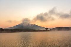 Suoi Vang sjö med Langbiang berg i morgonen Arkivfoto