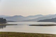 Suoi Vang sjö med Langbiang berg i morgonen Royaltyfri Foto