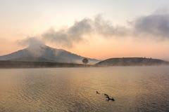 Suoi Vang sjö med Langbiang berg i morgonen Royaltyfri Bild