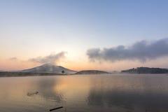 Suoi Vang sjö med Langbiang berg i morgonen Arkivbilder