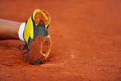 Suola di scarpa su un campo in argilla di tennis Immagine Stock