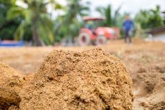 Suolo con vago di un driver del trattore per l'aratro il suolo Fotografia Stock Libera da Diritti