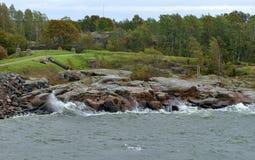 Suomenlinna Sveaborg à Helsinki, Finlande Paysage avec la mer orageuse d'automne photographie stock