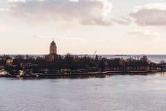 Suomenlinnavesting op een zonnige de lentedag met de vuurtorentoren, Helsinki Finland stock afbeelding