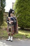 Suonatore di cornamusa dell'altopiano in regalia piena Fotografia Stock