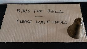 Suoni la campana prego aspettano qui immagini stock libere da diritti