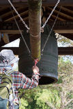 Suoni una campana giapponese del santuario Fotografia Stock Libera da Diritti