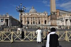 Suora cattolica che posa nella parte anteriore del san Peter Basilica dentro Fotografia Stock Libera da Diritti