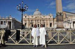 Suora cattolica che posa nella parte anteriore del san Peter Basilica dentro Fotografie Stock
