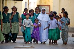 Suora con i bambini orfani in India Immagini Stock