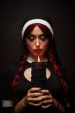 Suora con una candela in mani Fotografia Stock