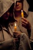 Suora e rana pescatrice che praing con le candele fotografia stock libera da diritti