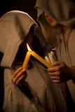 Suora e rana pescatrice che praing con le candele immagini stock libere da diritti
