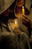 Suora e rana pescatrice che praing con le candele immagine stock libera da diritti