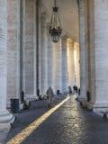 Suora fra le colonne di Vaticano Fotografia Stock Libera da Diritti