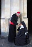Suora che bacia il cardinale dell'anello fotografia stock