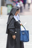 Suore religiose che camminano nella via di Quito nell'Ecuador Immagini Stock