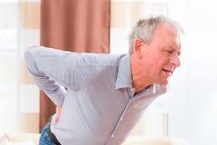 Supérieur ayant des douleurs de dos à la maison Photographie stock