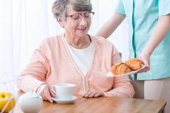 Supérieur ayant les soins médicaux à la maison photos stock