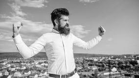 Supériorité et puissance Sembler barbus de hippie attrayants L'homme barbu sent lui-même le fond fier de ciel Individu fier et photo libre de droits