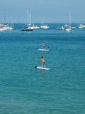 SUP, Peddelbranding in het strand Royalty-vrije Stock Foto