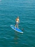 SUP, Peddelbranding in het strand Royalty-vrije Stock Fotografie