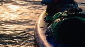 SUP-Reise, Strand bei Sonnenuntergang lizenzfreie stockbilder