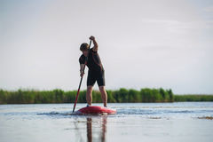 SUP står upp mannen med en skovel 02 Fotografering för Bildbyråer