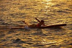 SUP Stoi up kipieli dziewczyny z paddle Zdjęcie Royalty Free