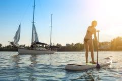 SUP Stoi up paddle deski kobiety paddle boarding13 zdjęcia royalty free