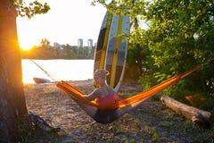 Sup surfaren som tycker om liv i det guld- ljuset royaltyfria foton