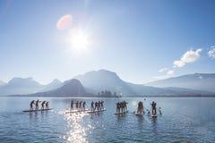 SUP Team auf den Brettern schaufelnd Rennen auf dem See in Frankreich stockfoto