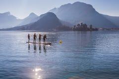 SUP Team auf den Brettern schaufelnd Rennen auf dem See in Frankreich Berufspaddelsport-Rennteilnahme stockbilder