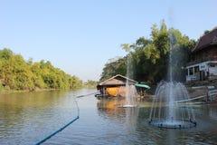 Supanburirivier met vinden-tien Stock Foto's
