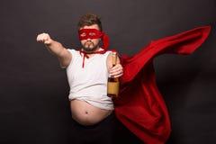 Super antiheldenmens het drinken alcohol Royalty-vrije Stock Foto