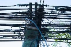 Super bałagan elektryczność Wirese, Czochra elektrycznego drut i kabel w Tajlandia obrazy stock